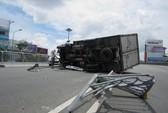Xe tải lật, nằm chắn ngang cầu vượt Hàng Xanh