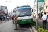 Xe buýt lao xuống dốc cầu, một người bị thương nặng