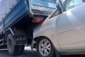 Tai nạn liên hoàn, xe 7 chỗ chui gầm xe tải