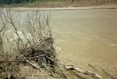 Mẹ cõng con qua sông đến trường bị lũ ống cuốn trôi
