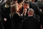 Angelina Jolie chăm sóc Brad Pitt trên thảm đỏ