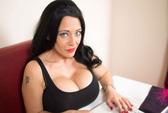 Người phụ nữ bơm 2,4 lít silicon vào ngực