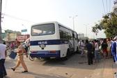 Xe khách mất lái, lao vào đám đông tại giao lộ