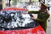Hà Nội: Công an quận Hoàn Kiếm dán thông báo lên kính xe vi phạm