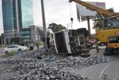 Lật xe tải chở đá, tài xế bỏ trốn