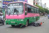 Xe buýt tông xe máy, một nữ sinh nhập viện