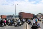 Xe ben nát đầu trên xa lộ Hà Nội