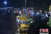Trung Quốc: Xe buýt chở trẻ mẫu giáo lao xuống ao, 11 người chết
