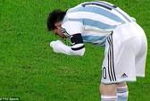 Messi lại nôn ọe trên sân, Neymar lập hat-trick