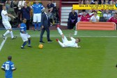 HLV Mourinho lao vào sân đốn ngã cầu thủ