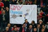 Cầu thủ Arsenal bị CĐV Bayern chê là đồng tính!