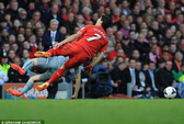 Người gây chấn thương cho Suarez bị dọa giết