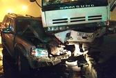 Tạt đầu xe tải, xe 7 chỗ bị tông nát đầu