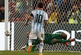 Messi đá hỏng 11 m, Argentina thua Brazil