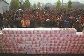 """Nông dân Trung Quốc """"xây"""" bức tường tiền dài… 2 m"""