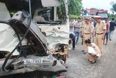 Ô tô đấu đầu, 10 người bị thương