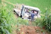 Tai nạn hy hữu: Đang đỗ, xe tải bỗng trôi tự do xuống vực