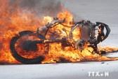 Xe máy đang chạy bất ngờ bốc cháy dữ dội