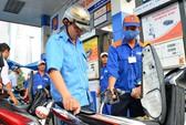 Giá xăng giảm mạnh gần 1.000 đồng/lít