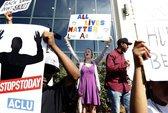 Mỹ: Biểu tình phản đối cảnh sát bắn 8 phát đạn vào người da màu