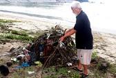 Quanh năm nhặt rác trên bãi biển