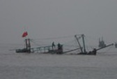 Giông lốc nhấn chìm tàu cá với 8 ngư dân trên biển