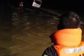 Xe khách chở 9 người bị nước cuốn, 1 người mất tích