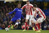 Chelsea thắng nhọc Stoke khi Charlie Adam lập siêu phẩm từ 60 m