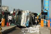 Xe tải tông sập 2 phòng vé trạm thu phí cao tốc Trung Lương, 3 người bị thương