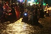 TP HCM: Khổ sở vì phố ngập sâu, đường kẹt cứng