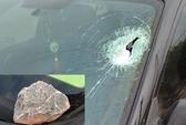 Thách nhau ném đá vào xe khách