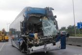 Hàng chục hành khách la hét khi xe khách tông xe đầu kéo