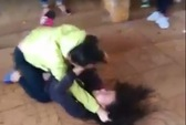 Nữ sinh lớp 8 đánh nhau với bạn trong tiếng reo hò