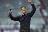 HLV Simeone dùng iPhone khoe chiến tích ở