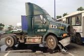 Xe container gây 3 vụ tai nạn liên tiếp, xa lộ Hà Nội kẹt cứng