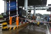 Xe tải tông nát trạm thu phí, 3 nhân viên nhập viện