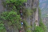 Trung Quốc: Hãi hùng cảnh trẻ em leo