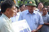 Bộ trưởng Bộ Thông tin và Truyền thông trao quà cho người dân vùng lũ