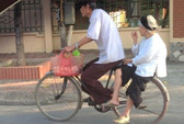 Cụ ông hơn 10 năm đạp xe đèo vợ đi bán trứng tại Hà Nội