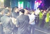 Khoảng 100 cảnh sát bất ngờ đột kích 2 quán bar