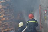 Cháy lớn xưởng giấy, gần trăm chiến sĩ chữa cháy trong mưa