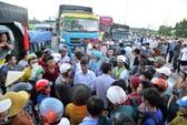 Bức xúc vì đền bù chưa thỏa đáng, dân chặn xe quốc lộ 1A kẹt trên 10 km