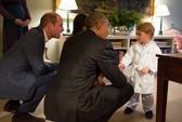 Hoàng tử George diện đồ ngủ bắt tay TT Obama