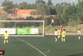 Ronaldo hì hục nhặt bóng trong trận đấu của con trai