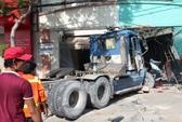 Xe container cuốn 2 xe máy, tông sập cửa công ty, 1 người chết