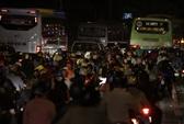 VIDEO: Hàng ngàn người trở lại thành phố trong mưa và bóng tối