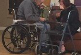 Bị buộc xa nhau, cặp vợ chồng già chia ly trong nước mắt
