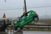Tàu hỏa tông taxi Mai Linh bay chục mét