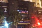 Cháy biển quảng cáo ở chung cư, người dân sợ hãi tháo chạy