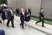 Hàng loạt nhân viên của bà Clinton ngã bệnh